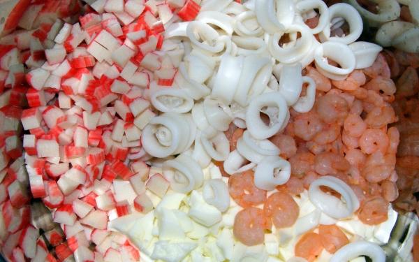 Салат из крабовых палочек кальмаров икры