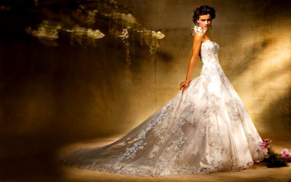 Девушки в красивых свадебных платьях