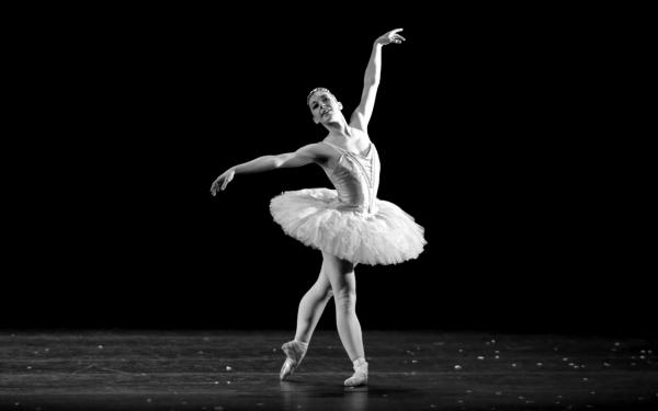 Фото позы балерина в разных позах черно белое фото