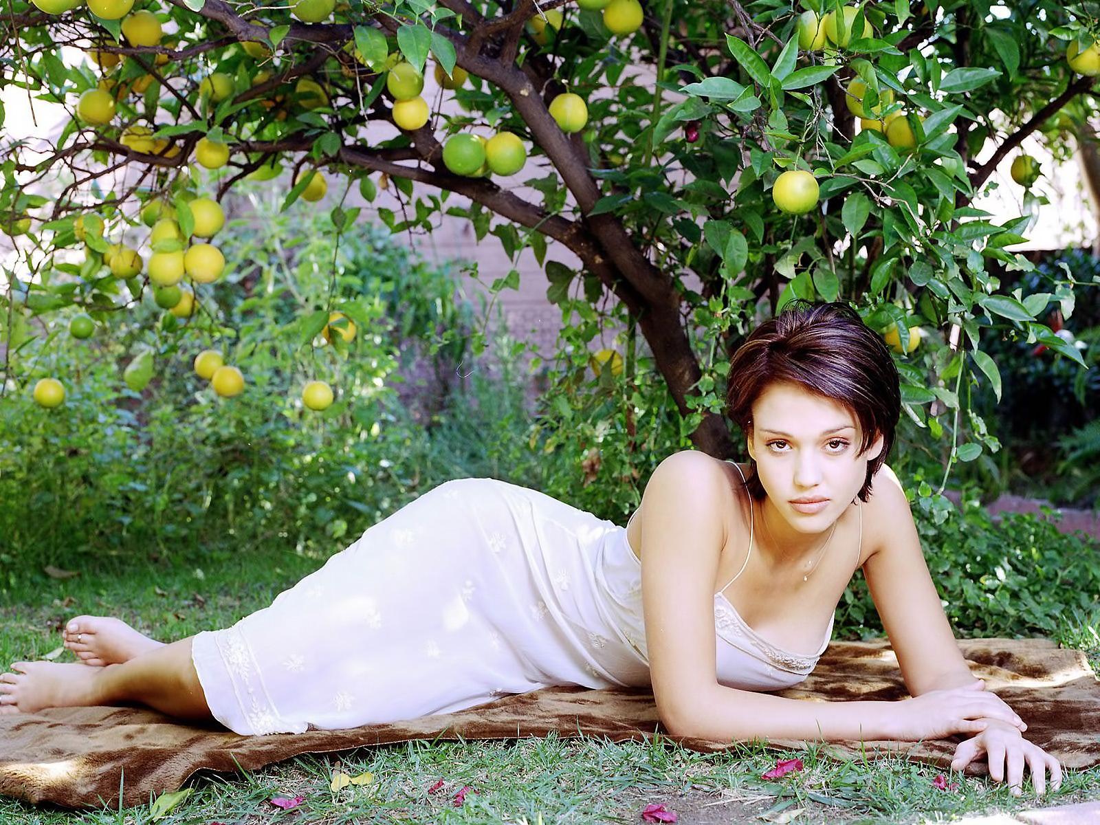 Девушку на траве бесплатно фото 545-270