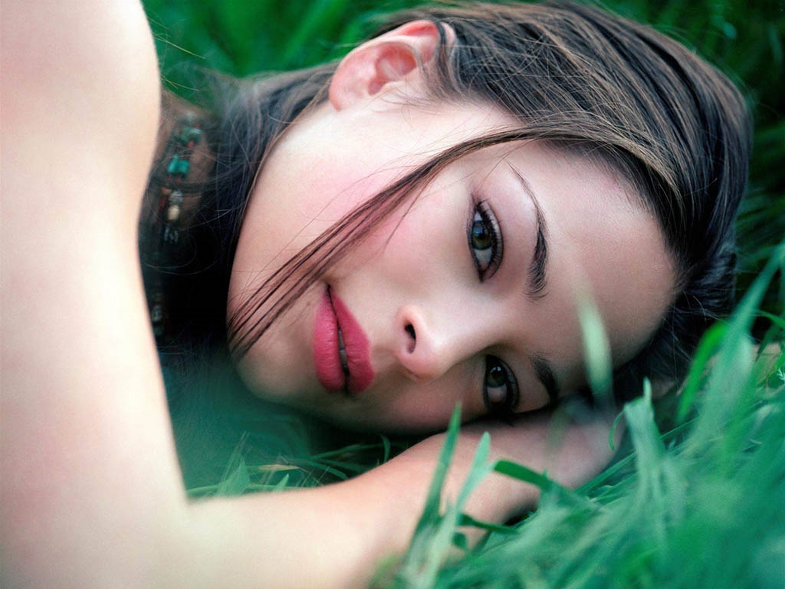 Девушку на траве бесплатно фото 545-143