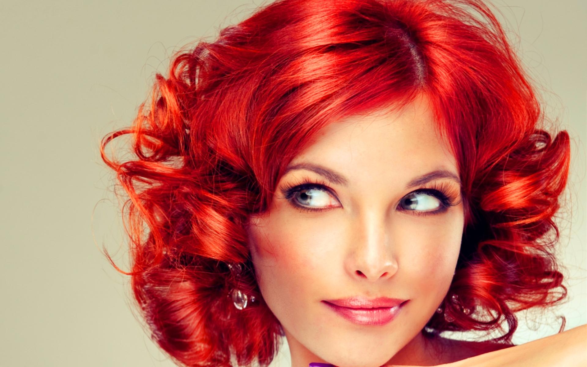 Фото девушки с бордовыми волосами