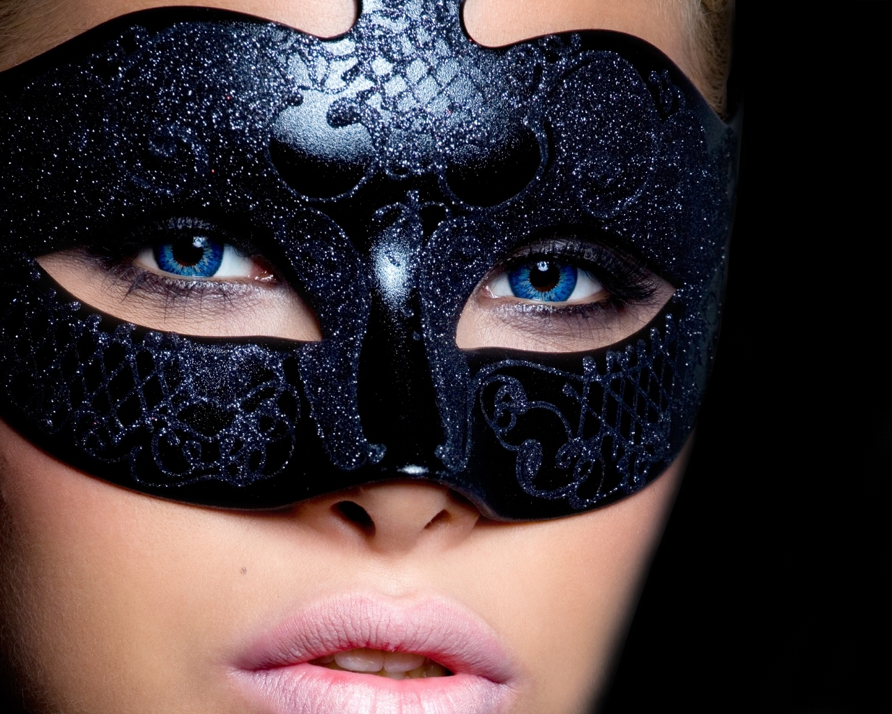 Девушка в маске картинки