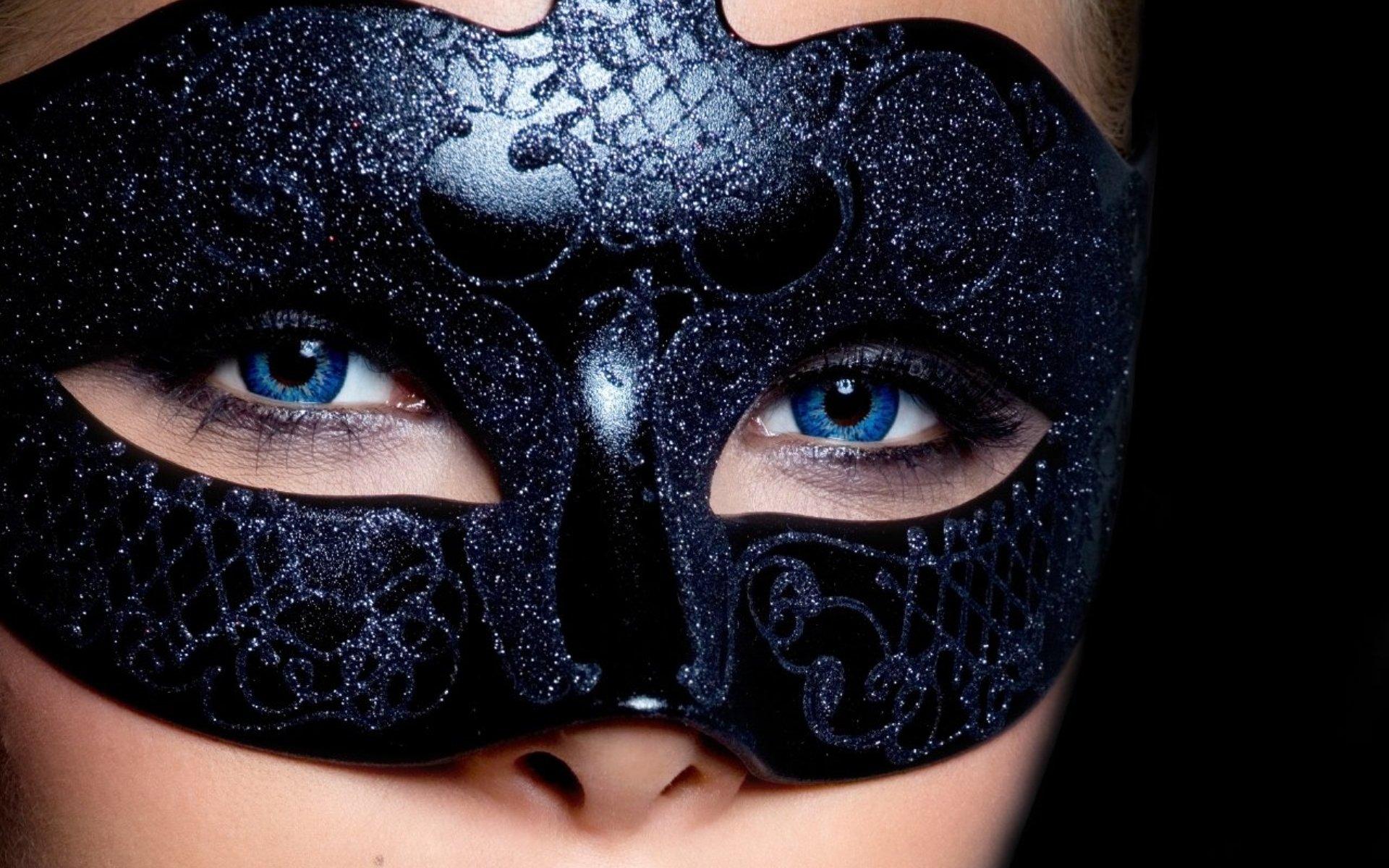Фото девушки брюнетки в масках 3 фотография