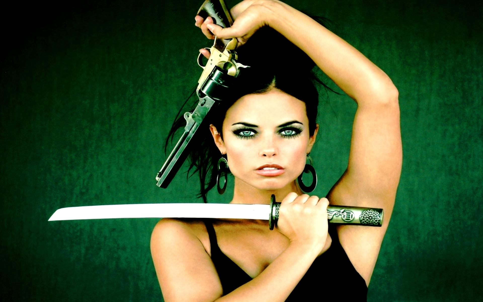 Фото девушка с мечом
