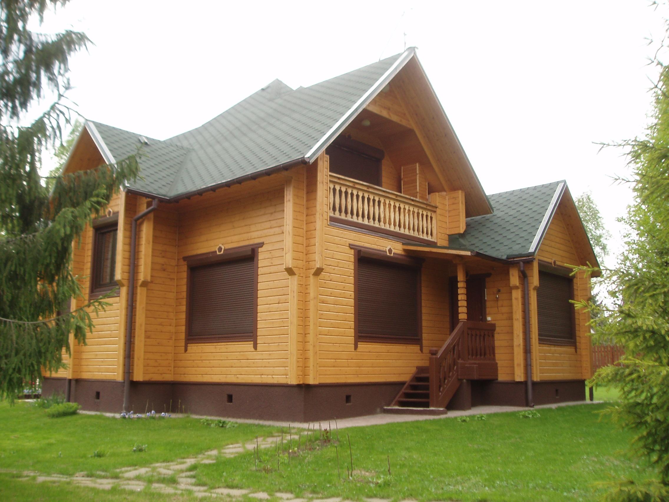 Деревянный дом с мансардой.