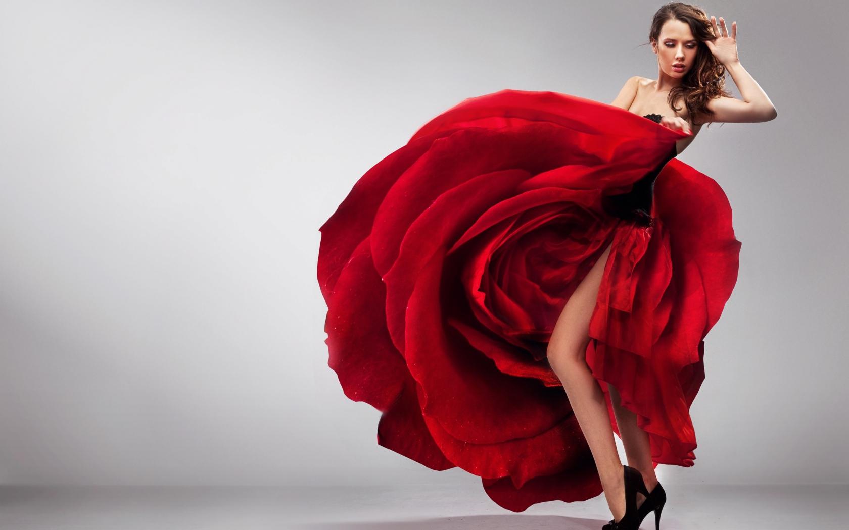 девушка танцует в коротком халатике