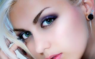 Зеленые глаза блондинки