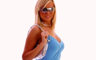 Гламурная девушка в солнечных очках