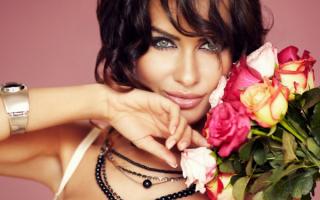 Гламурная девушка с розами