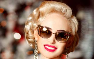 Гламурная блондинка в солнечных очках