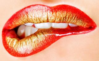 Губы красные с позолотой