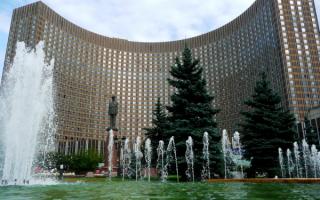 Фонтан у гостиницы Космос в Москве