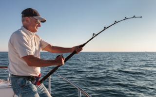 Мужчина на морской рыбалке