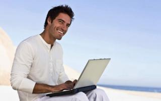 3Мужчина с ноутбуком