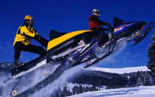 Мужчины на снегоходах