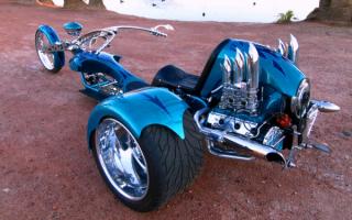 Красивый трехколесный мотоцикл
