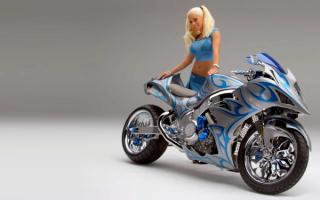 Блондинка с мотоциклом