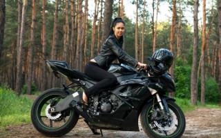 Брюнетка на мотоцикле