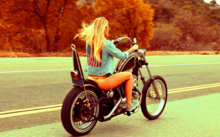 Девушка едет на мотоцикле