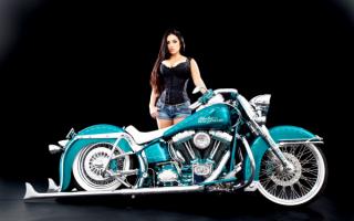 Девушка и мотоцикл  Харлей-Дэвидсон