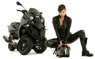 Девушка и трехколесный скутер