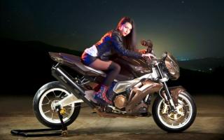 Девушка на мотоцикле Aprilia Stingray