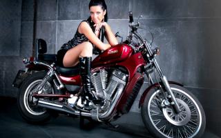 Девушка на мотоцикле Сузуки