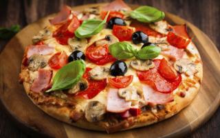 Пицца с ветчиной, овощами и грибами