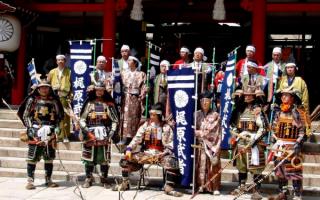 Самураи в национальной одежде