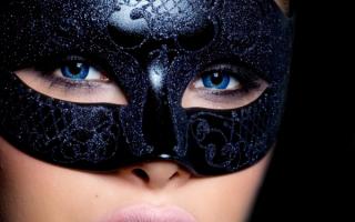 Синеглазая девушка в маске