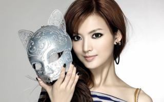 Девушка с маской