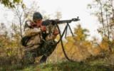 Солдат стреляет из пулемета