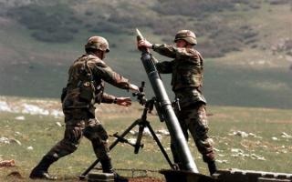 Солдаты ведут стрельбу из миномета
