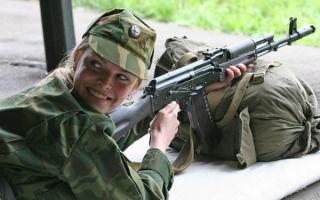 Девушка солдат с автоматом Калашникова