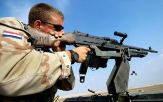 Американский солдат стреляет из пулемета