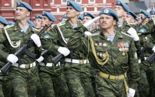 Курсанты военного училища вдв на параде