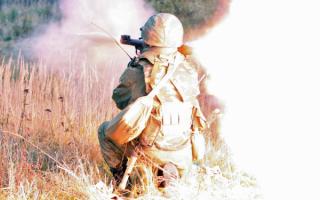 Российский солдат стреляет из ручного гранатомета