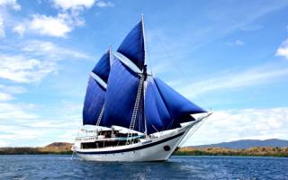 Корабль под синими парусами