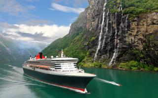 Круизный лайнер Queen Mary 2 в норвежском фьорде