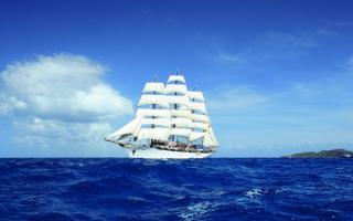 Парусный корабль в синем море