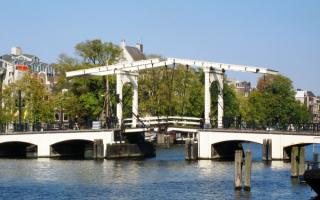 Разводной мост через реку Амстел в центре Амстердама