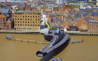 Разводной пешеходный мост  на реке Халл в Англии