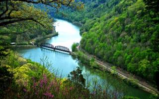 Мост в речном каньоне