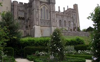 Замок в зеленом саду
