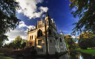 Замок в парке