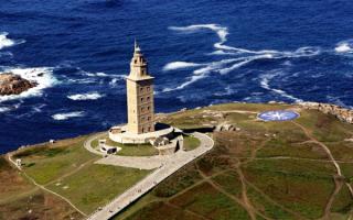 Башня Геркулеса  - древнейший действующий маяк