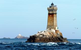 Пара маяков Tevennec и La Vieille на атлантическом побережье Франции