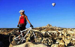 Девушка с горным велосипедом