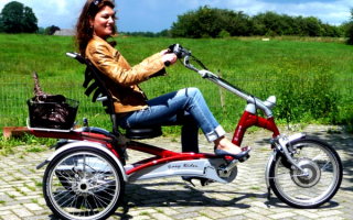 Девушка на трехколесном велосипеде